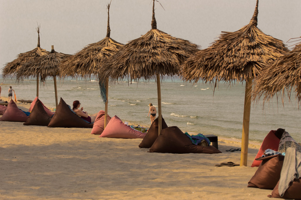 fins to spurs, diner with travelers, gili trawangan, indonesia, beach huts