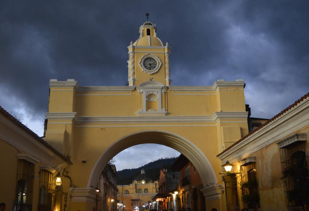 Fins to spurs, diner wih travelers, Arco de Santa Catalina, antigua, guatemala